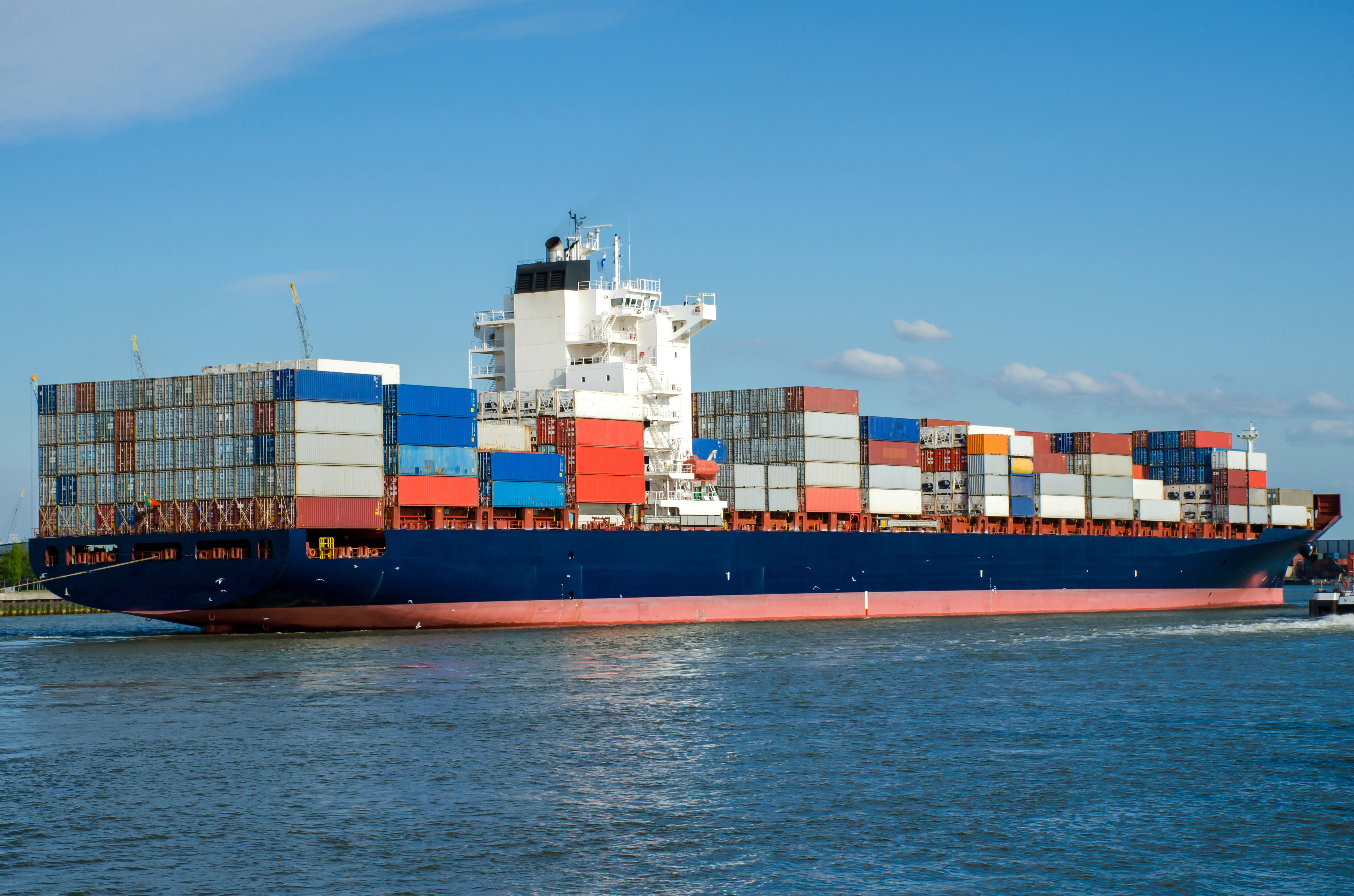 Container-ship-in-the-port-of-Rotterdam-Holland-000065033621_Full